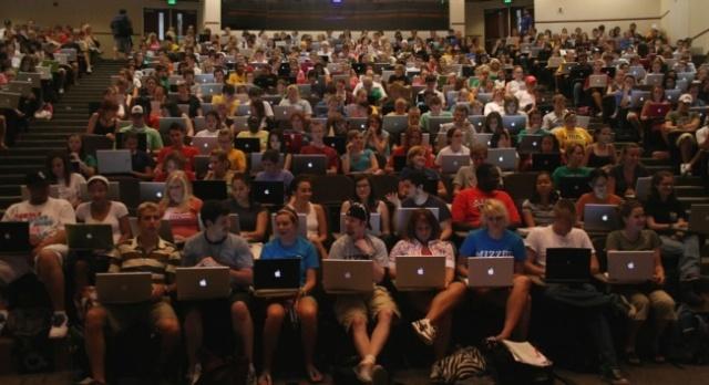 classroom-full-of-macs-650x354
